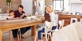 Moderní židle do každé domácnosti. Z těchto 40 modelů si vybere každý
