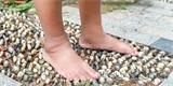 Chůze bez bot je zdravá. Jak si na zahradě postavit bosou stezku