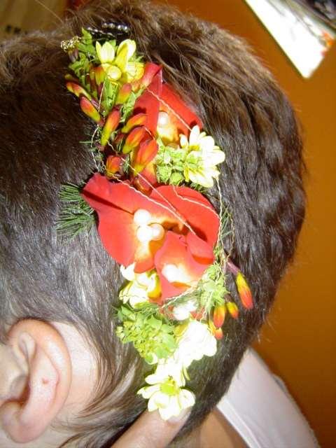Květinová brož  plátky růží a květy montbrécie • Bohatá čelenka z růže 26dd71f311