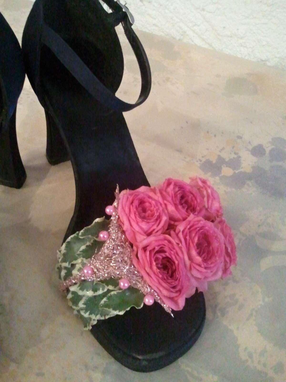 Celé aranžmá floristka připíchla špendlíkem do podrážky zvenčí tak de0f44225d