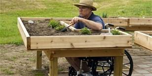 Zahradničení pro vozíčkáře: Pomůže jim speciální stůl. Jak by měl vypadat?