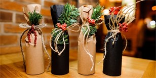 Jak zabalit láhev jako dárek? Máme návod a galerii plnou vtipných nápadů
