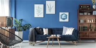 Barvy roku 2020 jsou klasická modrá i zelenkavá. Co dokáží s interiérem?