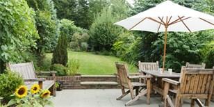 Ty nejlepší slunečníky na zahradu: Kde je koupit a za kolik?